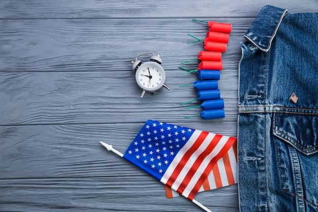 Вид сверху на часы и американские аксессуары