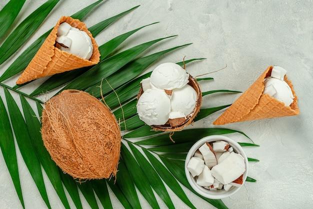 Вид сверху вафельных конусов кокосового мороженого на серой поверхности.