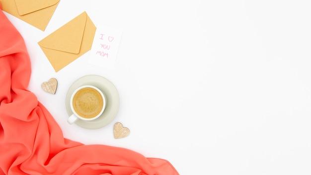 Вид сверху кофе и конверт с копией пространства