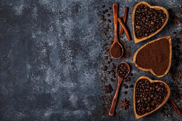 Взгляд сверху кофейных зерен, молотого кофе и специй.