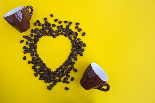 熱と2つのbrowncupsの形でコーヒー豆のトップビュー