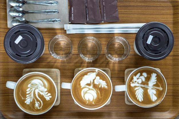Вид сверху набора чашек кофе, который состоит из латте