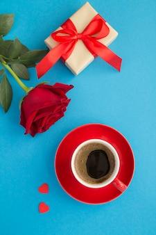 赤いカップのバラとギフトのコーヒーの上面図