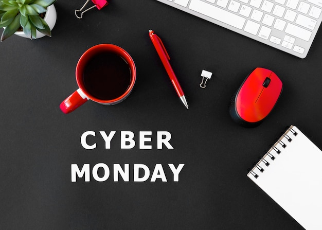 Вид сверху на кофе с мышью и клавиатурой на кибер-понедельник