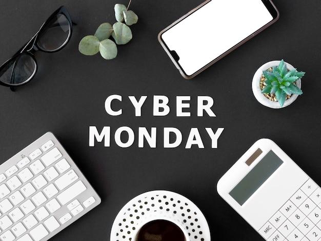 Вид сверху на кофе со смартфоном и клавиатурой на кибер-понедельник