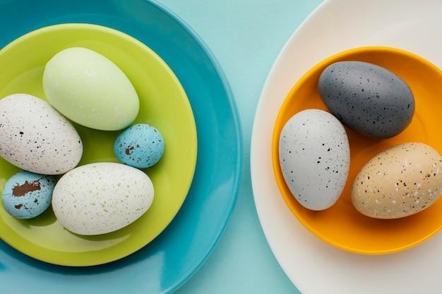 여러 접시에 착 색된 부활절 달걀의 상위 뷰