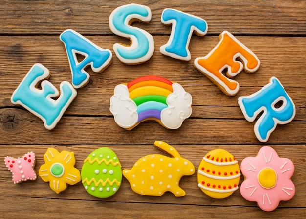 Вид сверху цветных пасхальных яиц с радугой и кроликом