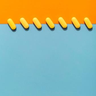 Вид сверху цветные таблетки в ряд