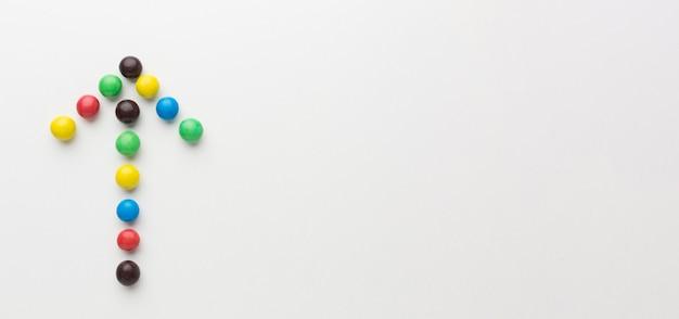 Вид сверху красочные стрелки из конфет