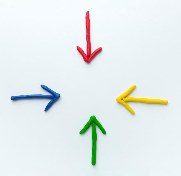 Вид сверху красочных стрелок, указывающих в центре