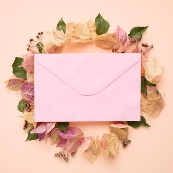 カラフルな紅葉の花輪と封筒の上面図