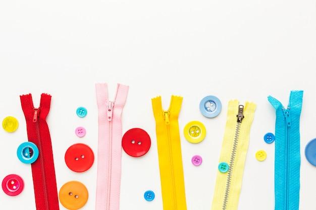 다채로운 단추와 지퍼의 상위 뷰