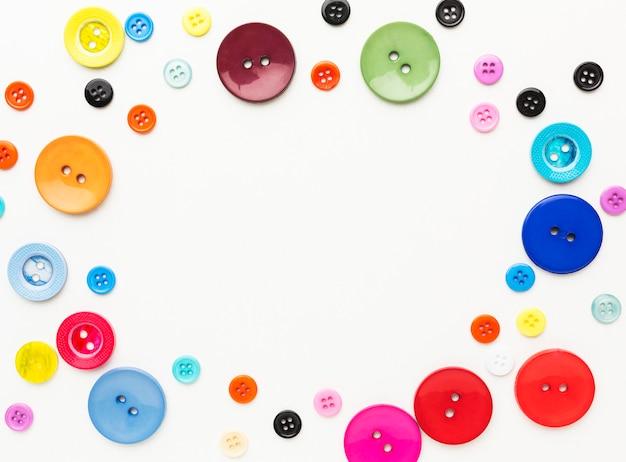 Вид сверху красочных кнопок с копией пространства