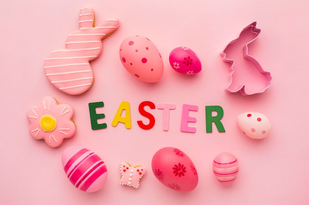 토끼와 꽃 모양으로 다채로운 부활절 달걀의 상위 뷰