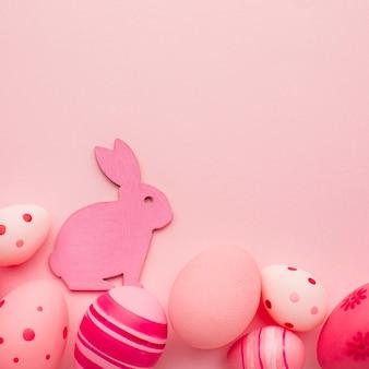 복사 공간과 토끼와 다채로운 부활절 달걀의 상위 뷰