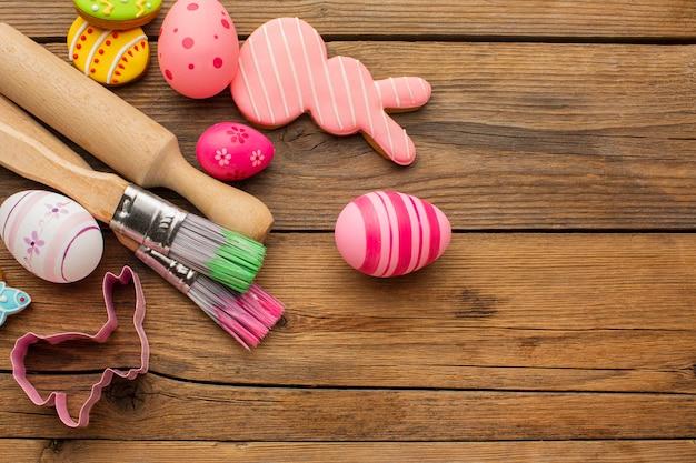 복사 공간 및 주방 용품과 다채로운 부활절 달걀의 상위 뷰