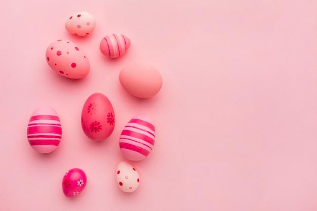 Вид сверху красочных пасхальных яиц с копией пространства