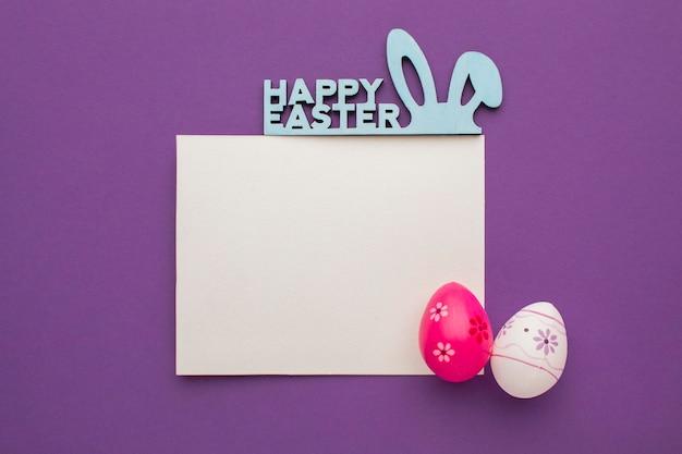 인사와 토끼와 다채로운 부활절 달걀의 상위 뷰