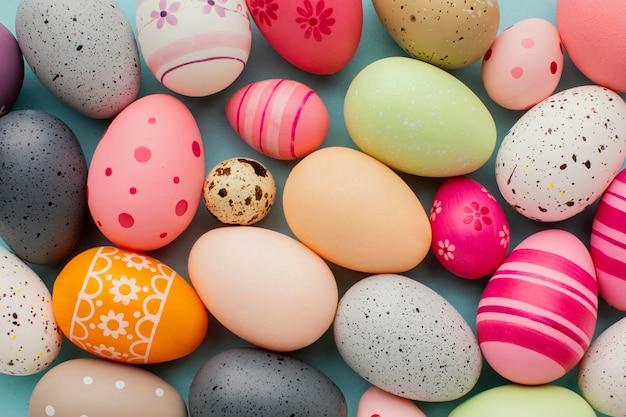Вид сверху красочные пасхальные яйца