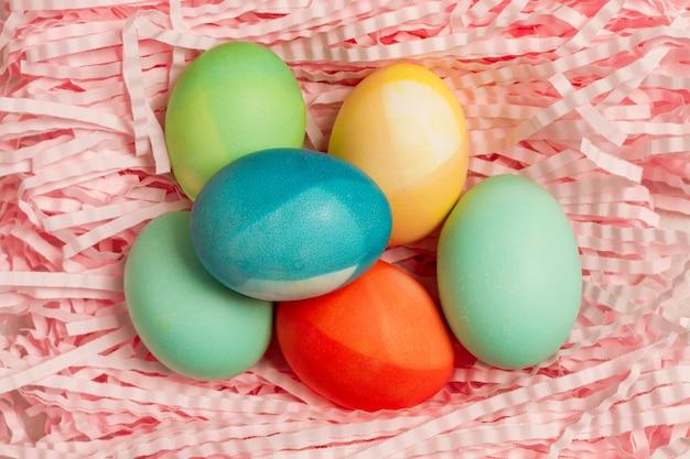 Вид сверху разноцветных яиц на пасху