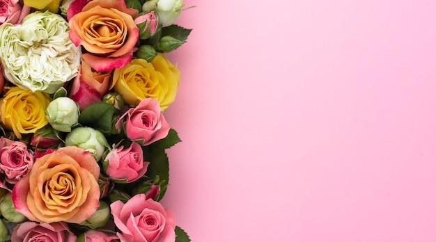 Вид сверху разноцветных цветов с копией пространства