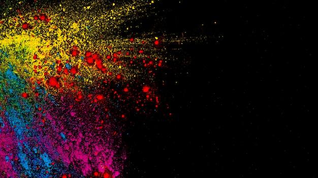 Вид сверху красочных цветов холи на черном фоне