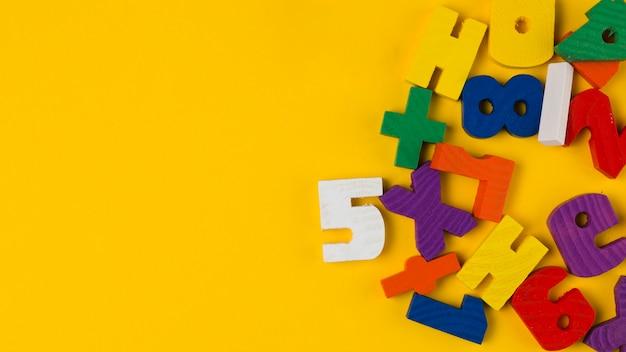 Вид сверху красочных букв и цифр для детского душа