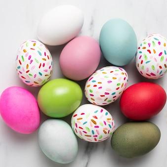 다채로운 그린 된 부활절 달걀의 상위 뷰