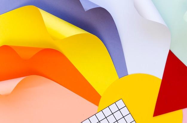 Вид сверху красочных бумажных форм