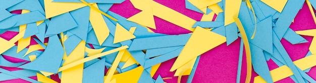 Вид сверху красочных бумажных клочков