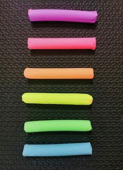 블랙에 파스텔 색상의 다채로운 plasticine의 상위 뷰