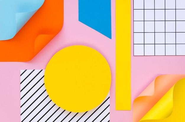 Вид сверху красочных фигур и бумаги