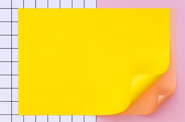 Вид сверху красочного листа бумаги
