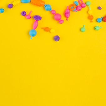 Вид сверху красочных игрушек для детского душа с копией пространства