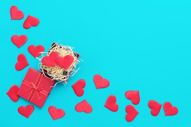 Взгляд сверху красочной предпосылки валентинки сделанной из сердец подарочной коробки и красной ткани. концепция дня святого валентина. фото высокого качества