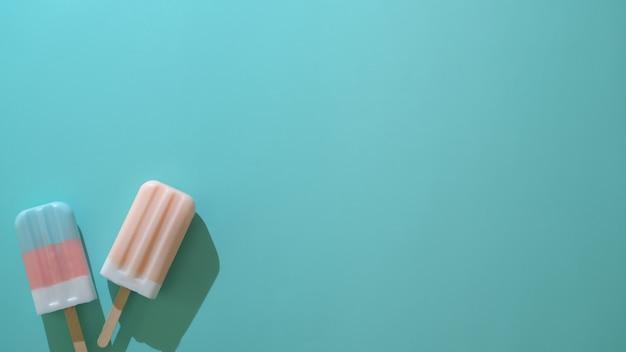 2つのカラフルなアイスキャンディーとカラフルな創造的な最小限のコンセプトのトップビュー
