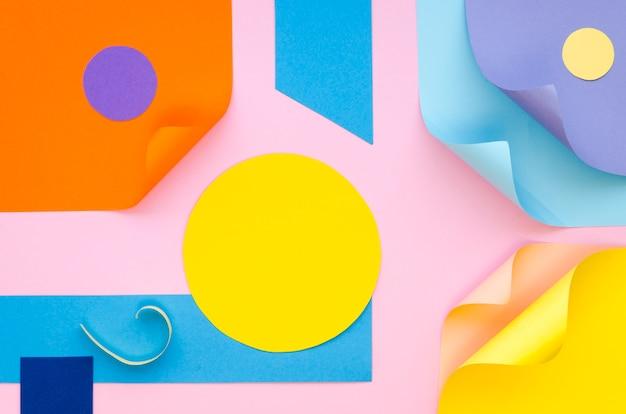 Вид сверху цветной бумаги геометрии и форм