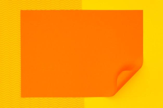 Вид сверху красочного листа бумаги с загнутым углом