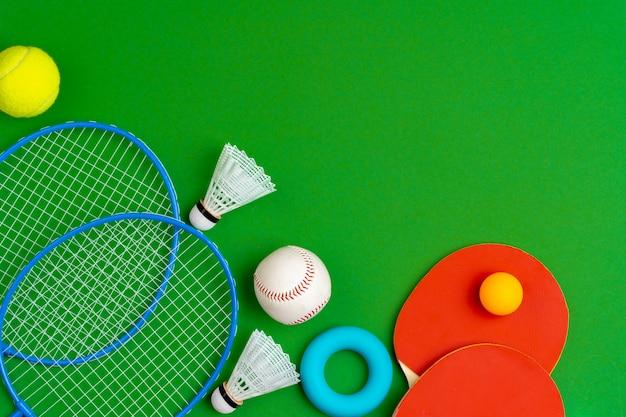 Вид сверху композиции спортивных аксессуаров