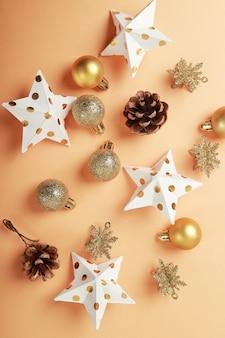 Вид сверху композиции с рождественскими украшениями