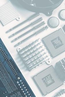 コピースペースと白い背景の上のコンピュータ部品とコンポーネントの上面図。上面図、フラットレイ。