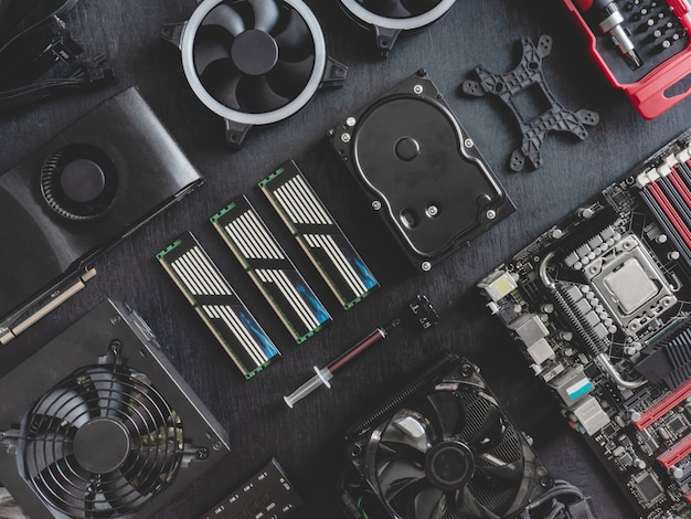 Вид сверху компьютерных частей с жестким диском, оперативной памятью, процессором, видеокартой и материнской платой