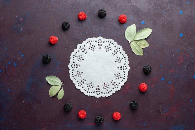 Вид сверху ягод конфитюра, обведенных на темной поверхности