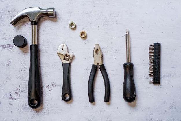 Вид сверху на набор инструментов для строительства и обслуживания для разнорабочего