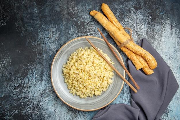 明るい表面にパンと調理されたパール大麦の上面図