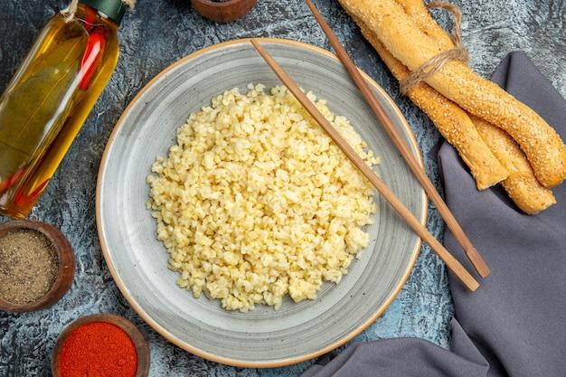 光の表面に調味料を入れた調理済みパール大麦の上面図