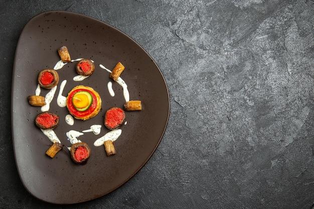 灰色の表面のプレート内の調理されたカボチャデザインの食事の上面図