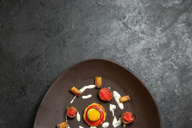 회색 표면에 접시 안에 요리 된 스쿼시 디자인 식사의 평면도