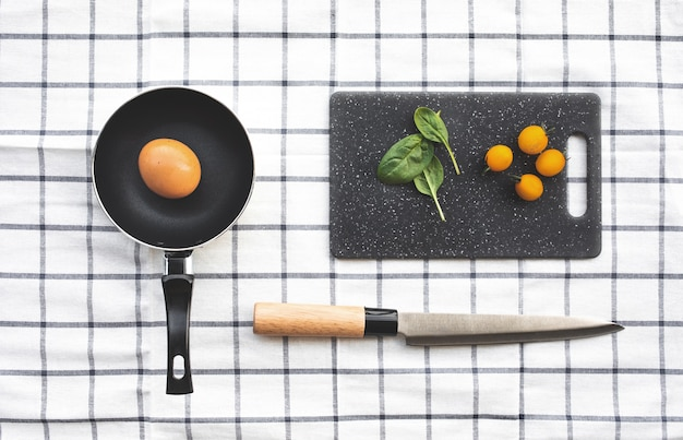 체크 무늬 천으로 테이블 배경에 요리 세트 재료의 상위 뷰