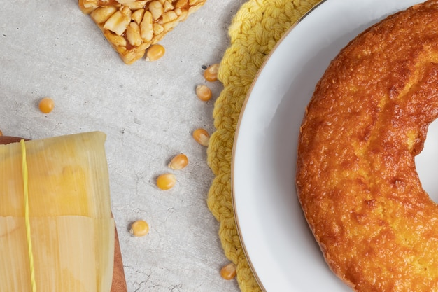 Вид сверху кукурузного торта и памоньи на столе. вечеринка хунина.